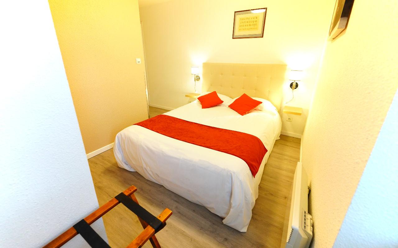 DOUBLE COZY : Chambre avec lit en 140, Salle de bain avec douche et WC , Canal +, Plateau de Courtoisie (café, thé, bouilloire etc..) TV écran plat, Sèche-cheveux, Wifi gratuit