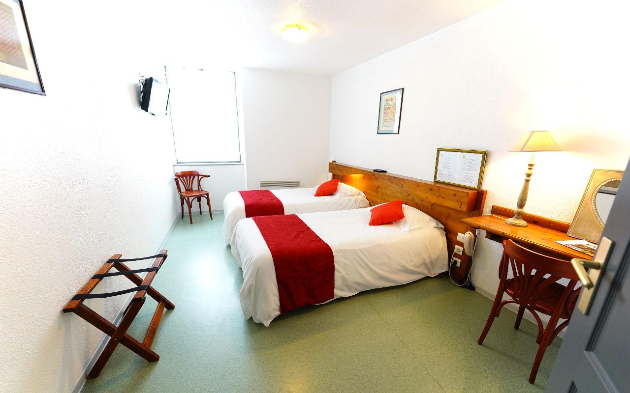 TWIN CONFORT : Chambre avec 2 lits en 90 (peut etre fait en 1 lit de 180) Salle de bain avec douche et WC , Canal +, TV écran plat, Sèche-cheveux, Wifi gratuit