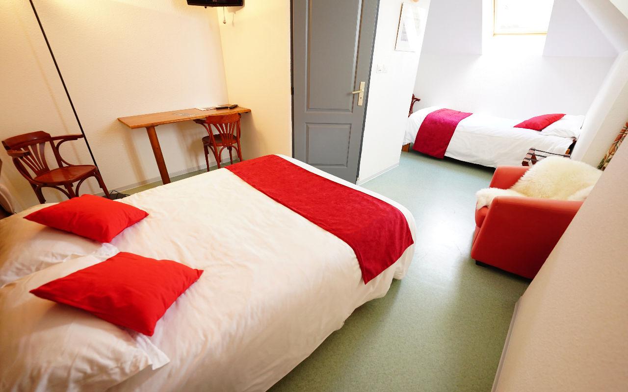 TRIPLE CONFORT  : Chambre avec lit de 140 + 1 lit simple en 80, Salle de bain avec douche et WC , Canal +, TV écran plat, Sèche-cheveux, Wifi gratuit
