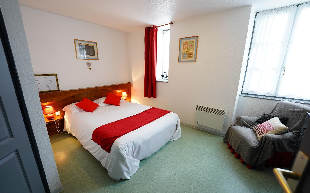 DOUBLE CONFORT : Chambre avec lit 140, Salle de bain avec douche et WC , Canal +, TV écran plat, Sèche-cheveux, Wifi gratuit