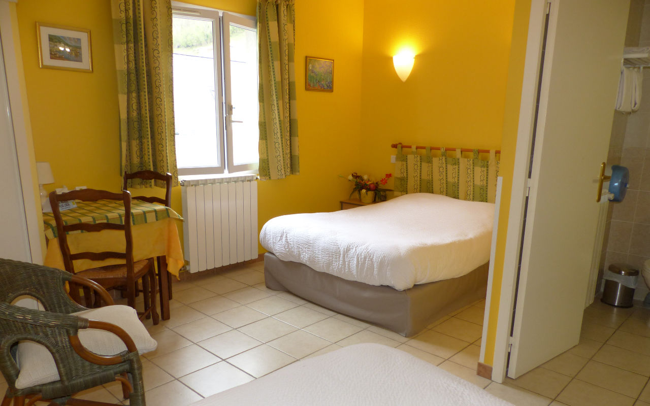 2 lits en 140 pour 3 personnes - chambre seule : Possibilité de petit déjeuner : 8 euros par personne.