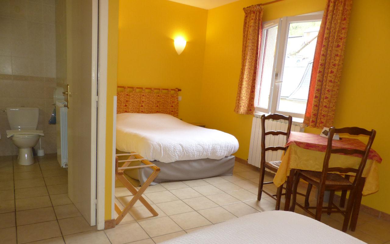 2 lits en 140 pour 4 personnes - chambre seule : Petit déjeuner en supplément : 8 euros par personne.