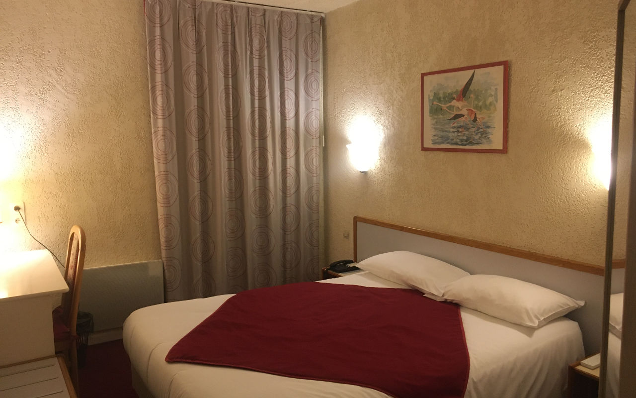 DOUBLE ROOM (for 1 or 2 people) : Room of 14m ² with a bed in 140 or 160cm with flat screen TV and air conditioning. Bathroom with shower or bathtub, hairdryer. Free WIFI.