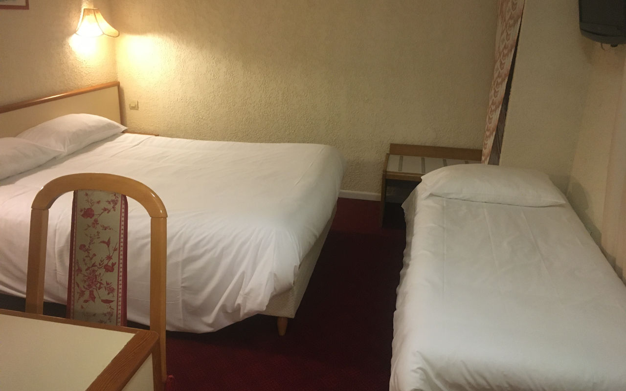 TRIPLE : Room of 14m ² with a bed in 140 and 1 bed in 80cm or 3 beds in 80cm with flat screen TV and air conditioning. Bathroom with shower or bathtub, hairdryer. Free WIFI.