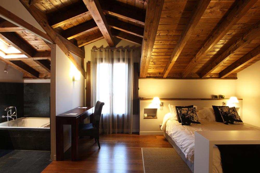Hotel rural iribarnia charme hotel lantz pamplona relais du silence - Kleedkamer voor mansard kamer ...